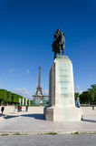 巴黎,法国- 2015年5月15日:在墙壁附近的人们在冠军de火星的和平的 免版税库存照片