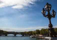 巴黎,法国- 2015年8月30日:在河塞纳河的桥梁Pont澳大利亚变化在巴黎,法国上 库存图片