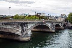 巴黎,法国- 2015年8月30日:在河塞纳河的桥梁Pont澳大利亚变化在巴黎,法国上 库存照片