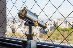 巴黎,法国- 2017年3月30日:在艾菲尔铁塔的一台明亮和发光的望远镜 免版税库存照片