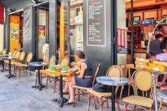 巴黎,法国- 2016年7月08日:妇女吃晚餐在caffe我 图库摄影