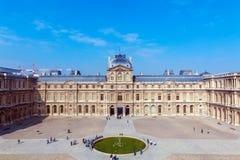 巴黎,法国- 2011年4月8日:小组在Th前面的访客 图库摄影
