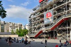 巴黎,法国- 2015年5月14日:放松在乔治・蓬皮杜前面的中心的银行营业厅的人们 免版税库存照片