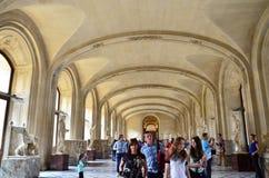 巴黎,法国- 2015年5月13日:游人参观罗浮宫内部  库存图片