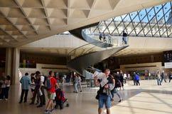 巴黎,法国- 2015年5月13日:游人参观罗浮宫内部  免版税库存图片