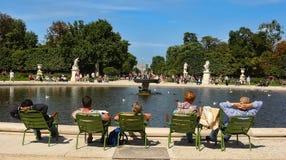 巴黎,法国- 2014年8月19日:游人和和Parisians休息 免版税图库摄影