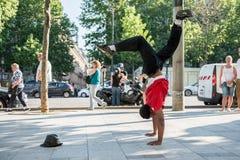 巴黎,法国2012年5月25日:现代舞蹈家在爱丽舍,法国街道上的胳膊做平衡  都市的生活方式 H 免版税库存图片