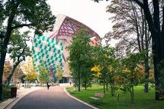 巴黎,法国- 2016年10月19日:现代艺术基础路易威登,从公园的看法博物馆有走的 免版税库存照片