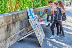巴黎,法国- 2016年7月06日:艺术家街道河的 库存照片