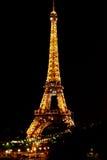巴黎,法国- 2015年5月27日:艾菲尔铁塔在巴黎在与照明的晚上 免版税图库摄影