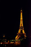巴黎,法国- 2015年5月27日:艾菲尔铁塔在巴黎在与照明的晚上 免版税库存照片