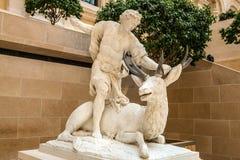 巴黎,法国- 2015年8月30日:雕刻罗浮宫的大厅,巴黎,法国 免版税图库摄影