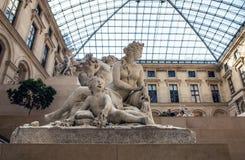 巴黎,法国- 2015年8月30日:雕刻罗浮宫的大厅,巴黎,法国 库存照片