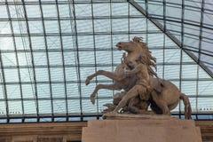 巴黎,法国- 2015年8月30日:雕刻罗浮宫的大厅,巴黎,法国 免版税库存照片