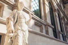 巴黎,法国- 2015年8月30日:雕刻罗浮宫的大厅,巴黎,法国 图库摄影