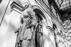 巴黎,法国- 2015年8月30日:雕刻罗浮宫的大厅,巴黎,法国 免版税库存图片