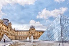 巴黎,法国- 2016年7月03日:玻璃金字塔和天窗冥想 库存照片