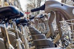 巴黎,法国- 2009年4月02日:Velib驻地公开自行车租务在巴黎 Velib有comapring t的最高的市场渗透 库存照片