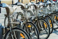 巴黎,法国- 2009年4月02日:Velib驻地公开自行车租务在巴黎 Velib有comapring t的最高的市场渗透 免版税图库摄影