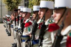 巴黎,法国- 2011年7月14日 一个小组在游行前的军团在香榭丽舍大街 库存照片
