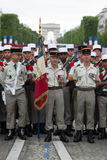 巴黎,法国- 2012年7月14日 一个小组在游行前的军团在香榭丽舍大街 库存图片