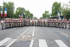 巴黎,法国- 2012年7月14日 一个小组在游行前的军团在香榭丽舍大街 免版税图库摄影
