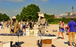 巴黎,法国- 2014年8月19日 两份卖主出售纪念品souv 库存照片