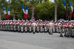 巴黎,法国- 2012年7月14日 军团的士兵队伍在军事游行期间的在香榭丽舍大街在巴黎 库存照片