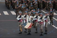 巴黎,法国- 2012年7月14日 在每年军事游行期间,从法国外籍兵团的战士前进 免版税库存图片