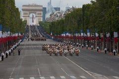 巴黎,法国- 2012年7月14日 在每年军事游行期间,从法国外籍兵团的战士前进 免版税图库摄影