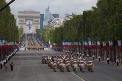 巴黎,法国- 2012年7月14日 在每年军事游行期间,从法国外籍兵团的战士前进 免版税库存照片