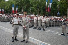 巴黎,法国- 2012年7月14日 在游行期间,武力的参谋长欢迎军团 免版税库存照片