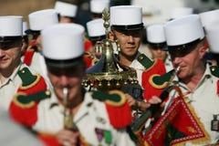 巴黎,法国- 2011年7月14日 小组军队的外国音乐家在游行期间的在香榭丽舍大街 库存照片