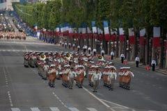 巴黎,法国- 2012年7月14日 战士-在每年军事游行期间的先驱行军以纪念巴士底日 免版税库存图片