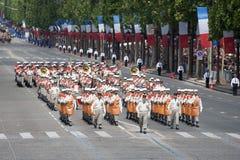 巴黎,法国- 2012年7月14日 战士-在每年军事游行期间的先驱行军以纪念巴士底日 免版税库存照片