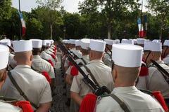巴黎,法国- 2012年7月14日 从法国外籍兵团的战士前进在每年军事游行期间在巴黎 免版税库存照片