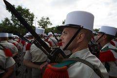 巴黎,法国- 2012年7月14日 从法国外籍兵团的战士前进在每年军事游行期间在巴黎 免版税库存图片