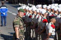 巴黎,法国- 2012年7月14日 从法国外籍兵团的战士前进在每年军事游行期间在巴黎 图库摄影