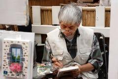巴黎,法国- 2014年8月19日 艺术家画架和艺术品集合 库存照片