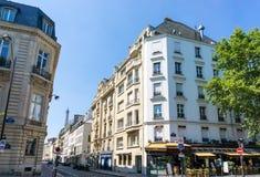 巴黎,法国- 6月8 :大厦aro美好的街道视图  免版税库存照片