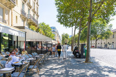 巴黎,法国- 6月8 :大厦aro美好的街道视图  免版税图库摄影