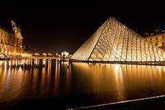 天窗,巴黎玻璃金字塔在晚上 图库摄影