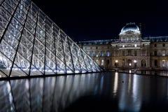 天窗宫殿和金字塔,巴黎在晚上 库存图片