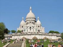 巴黎,法国- Sacre-Coeur在蒙马特,晴朗的早晨 库存图片