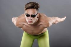 年轻,白种人运动员游泳者档案有风镜的在sta 免版税库存图片