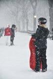 1/23/16,纽约:在冬天风暴乔纳斯期间,家庭喜欢对sledding 免版税库存图片