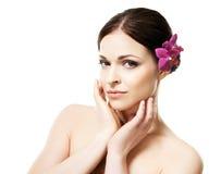 年轻,美丽和健康妇女特写镜头画象有一朵兰花花的在白色隔绝的她的头发 库存图片