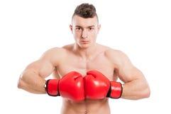 年轻,肌肉和赤裸上身的拳击手 库存图片