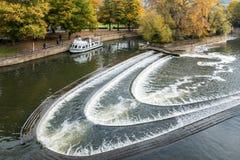 浴,英国欧洲- 10月18日:在其次测流堰附近的游览小船 库存照片