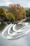 浴,英国欧洲- 10月18日:在Pulteney增殖比旁边的测流堰 图库摄影